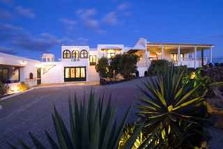 Villa Elephante Blanco at night