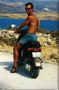 Rog on moped
